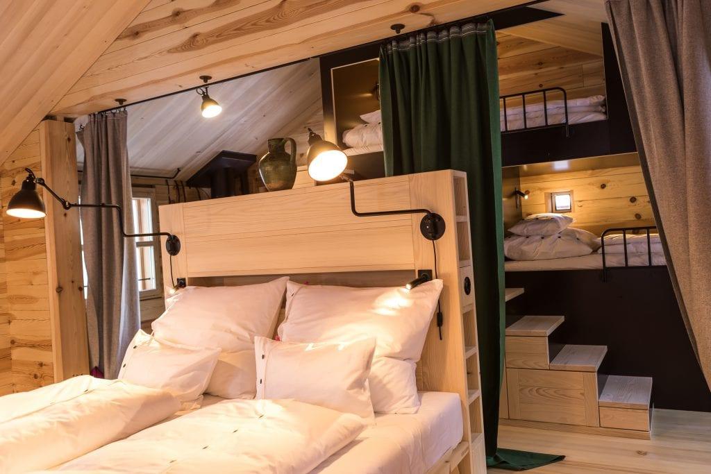 Die Betten sind aus Holz