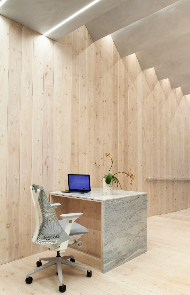 Light wood dominates in the offices