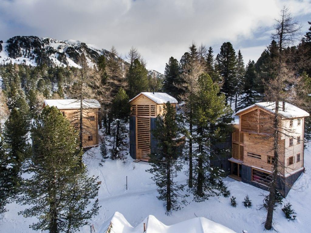 Die drei Hütten stehen mitten im Zirbenwald