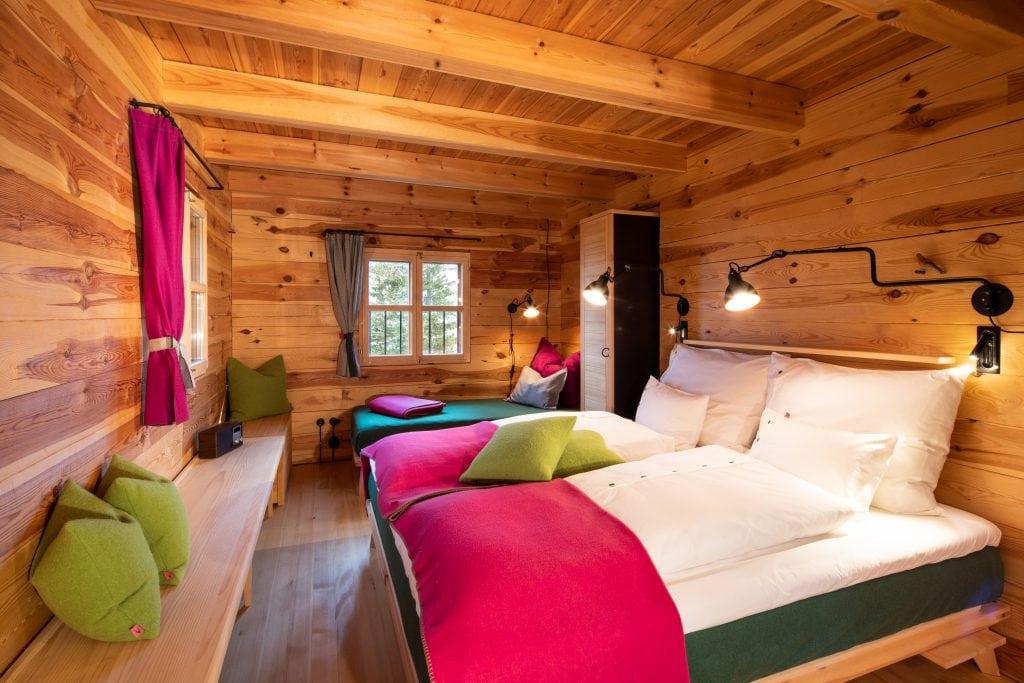Das Schlafzimmer ist aus Vollholz